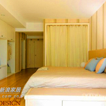 白色简约家具,改掉以往案例中的推拉门,用白色的遮帘布,独特又实惠,里面是衣物储物物区。颜色上粉蓝、粉红,低调的时尚,温馨自然。