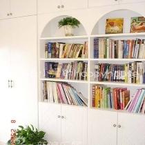 书房的书柜是把书房和客房相连的那面墙全部打掉了设计的