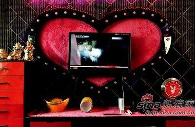 心形的电视背景墙让暴发户似的金色多了浪漫的感觉。