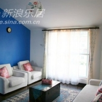 阁楼 三人沙发上的蓝花花靠包也是自己缝的,感觉很是配这个墙面呢