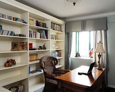 老人房的隔壁是书房