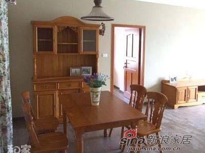 这是乡村之恋的就餐区,纯实木的家具简洁而富有生活气息,桌上依然少不了一盆绿色植物(不好意思,这植物在下实在也叫不出名字呀)