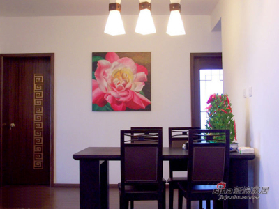 餐厅。白墙,黑橡木家具,就用了大俗的粉色油画来衬托,效果还真不错