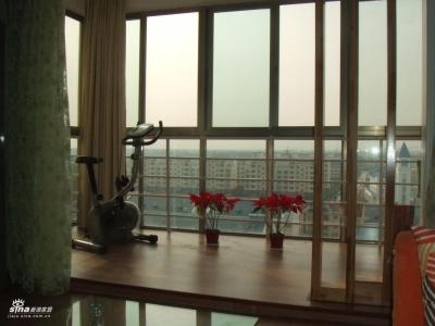 拉开阳台窗帘后的景色.