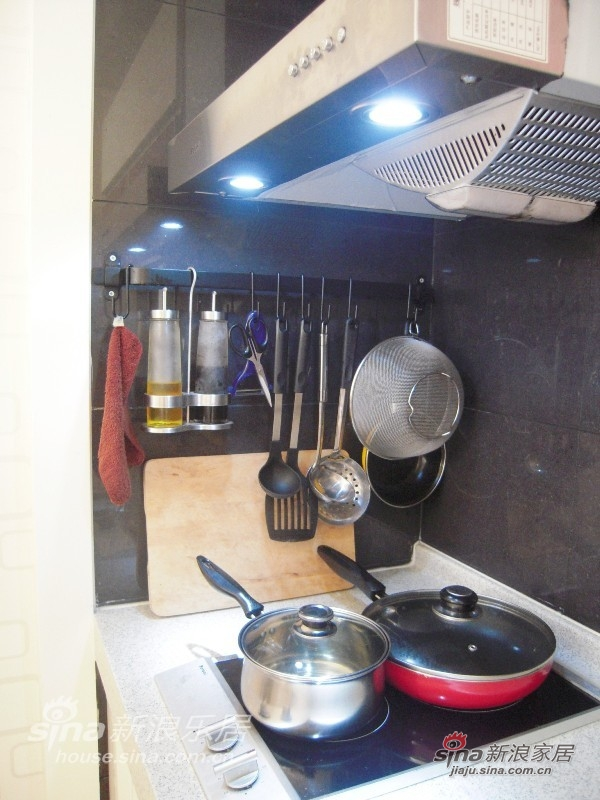 """既然民以食为天,还是从开放式的厨房开始吧。没有天然气,用电陶灶。于是,做饭变没有了所谓的那种""""感觉""""。。。。"""