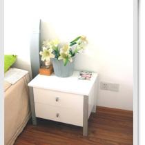 床头柜,放花的那个是灯罩,看出来了吗?欧瑞家具。
