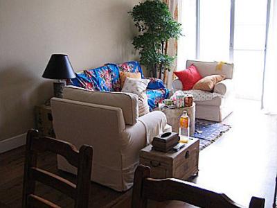 白色沙发真是容易脏,但是居家伴的沙发布料真贵,没有钱另做一套沙发套了,从老家买了一块土土的被单先铺上面挡灰