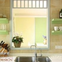 搁板和橱柜配套,在墙面上设置搁板,则能起到更强的收纳功能。像喝水的杯子,各种不锈钢的小锅,存放调味品的调料瓶,甚至可以放些相框、花瓶,只要喜欢,任何东西都可以放在上面。既省去其它的收纳空间,又调节了枯燥的厨房空间