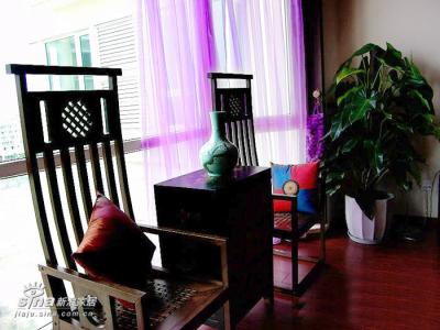 香樟木的椅子,让客厅散发出阵阵清香。当时订购这套椅子时,意外得知巴基斯坦总统穆沙拉夫在成都访问期间,曾携夫人到这家店子订购了这些香樟木系列的家具