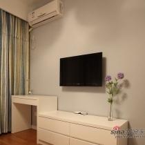家小只能多利用空间,电视柜和梳妆台连一起