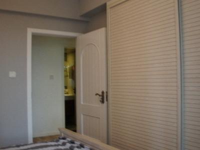 卧室的大衣柜。推门的。可以装很多的衣服。。