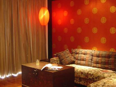 这是客厅,有那么点地主家的味道,哈哈,后面的大红墙纸我很喜欢