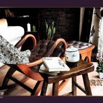 摇椅和壁炉旁边的小书架都是从外贸仓库淘的