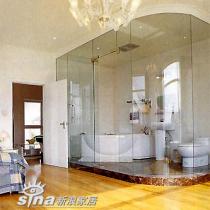 用玻璃隔出卫浴间,使一个房间同时具备了两个房间的功能
