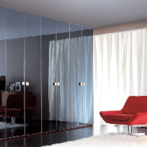 适合空间特点:窗子多的卧室。方案分析:面积达到40平米的卧室内,如果四周都有窗子,可以在床的一侧制作顶天立地的衣柜当作隔断。衣柜可以采取双面开门的设计,方便物品取用。大面积的移动门框架一定要稳固。外观提示:柜体的颜色不要与其他装饰形成太大反差,否则会失去整个空间的色彩平衡感。