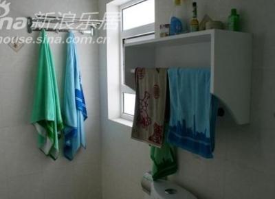 卫生间里的挂壁架,美观实用,偶的得意之作!橱房和大门口也各有一个喔