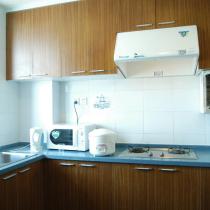 改造后的厨房,基本结构没变,橱柜也是用的原来的,只是重新换了饰面板,但显然更加适合改装后的居家风格。