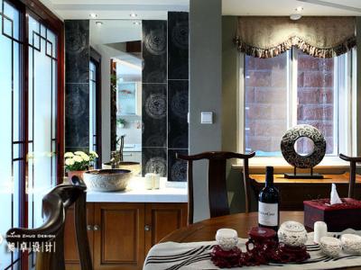 """中式的装修,更多体现了中国古代男人的审美情趣,如同客厅里沙发后挂的四幅梅兰竹菊,也称""""四君子图""""。而荷花的高洁与娇媚,却更能体现一个女人的美,这种美""""退缩""""到了餐厅的空间,却又如此夺目,让原本古板的中"""
