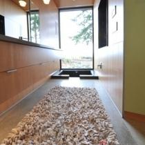 纤维雪尼尔纱线簇绒地毯,具有高耸的绒毛,看着就十分温暖。这款案例中,光滑的避免,少量的颜色搭配,显得十分冷酷,而搭配上纱线簇绒地毯能很好的调节冷暖,制造出和谐的简约温馨