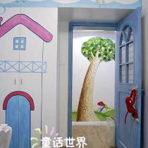 儿童房往外看,碧绿的草地鲜艳的蘑菇各色的野花挺拔的百果树