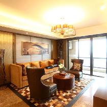 客厅进入沙发区的转角,褐色皮沙发为此营造美丽景色,不论从任何一个视线看来,家中每个角落都值得驻足品味。