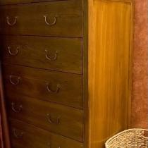 卧室的五屉柜。也是老榆木的,明式家具