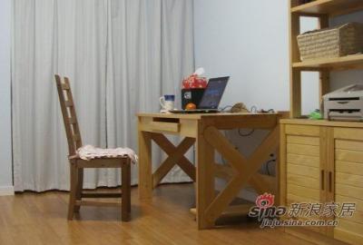 书房,清醒的时候呆时间最多的地方。刷成了浅蓝色,有点像苏州晴天的颜色