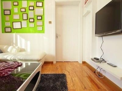 家里的客厅不大,所以没有装饰太多的东西,只想把家里装得温馨点,怎么省钱装修这样子