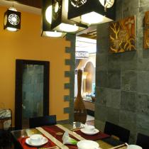 这是完工后与餐厅旧图同样角度拍摄出来的图片,虽然结构没丝毫的改变,甚至连家具的摆放位置都没什么变化,但此时的餐厅却成了令人眼前一亮的景致所在。