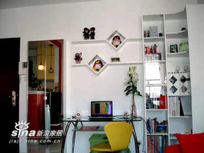 从左到右是鞋柜、办公桌、书架、书柜带酒架,连贯而紧凑
