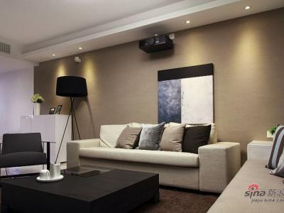 大部分抱枕都是用窗帘和卡座软包的布料做的,这样可以使室内的色彩保持一致和延伸。