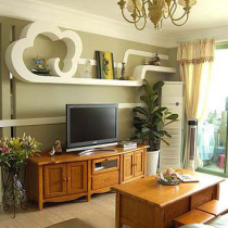 客厅的墨绿色背景墙,淡雅不张扬。实木的茶几与电视柜,实用又美观。吊灯也很雅致。