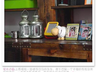 实木边桌:上面摆放一些随手可及的东东,底下也是一个不错的存放杂物的好地方,一点也不影响美观,将收纳大法进行到底……