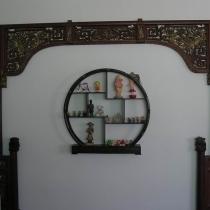 是在古玩市场掏的,旧货,是过去床上的摆件,放在书房。