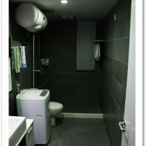 下面看看次卫,次卫也是和公共区域统一的风格!灰色的墙地砖,黑白的浴室柜。