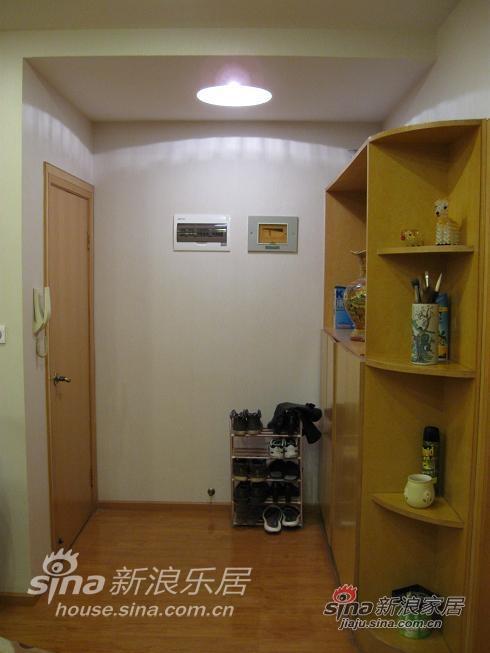 玄关:这是99年装修的老房,08年因结婚翻新,照片是09年1月照的,玄关没改什么,只是换了顶灯,照相技术有限,现场看那个灯很漂亮