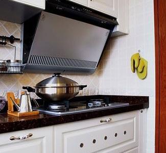 另一边,白色的橱柜让厨房显得非常干净。