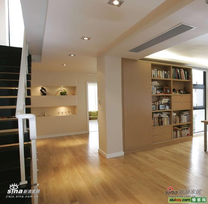 2楼上来 是书房 现在看是开放式的其实不然