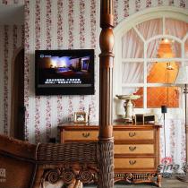 喜欢躺在床上看电视。特别喜欢这扇窗