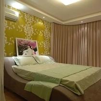卧室,因为时间很赶,刚买的床单被罩什么的刚拆开就铺上了,还都是折的印子