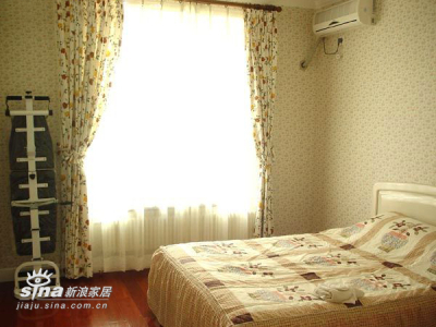 客卧,床边有两组顶到房顶的大柜子~能装巨多东西~~