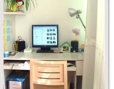 客厅的大阳台被我改成了地台。这是地台的两头,一头是我的电脑桌,一头是我的书架。