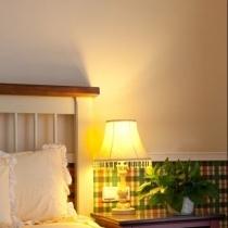 来一张床头的特写,格子的壁纸非常有英伦的感觉,配上宜家宫廷灯饰高雅台灯是不是显得很高贵呢。