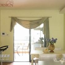 餐厅和客厅相连,粉绿色的餐桌背景墙设计和橱柜、公共洗手去呼应