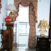 通往露台的门口太小了,弄个门好丑,所以做了个窗帘做装饰,效果不错