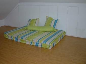 阁楼的照片很少,因为空空的。这是阁楼上旧的床垫包的,布也是布匹市场买的找人做的,一套才120(连布带工钱)。