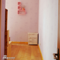 主卧的置物架和藤编的柜子