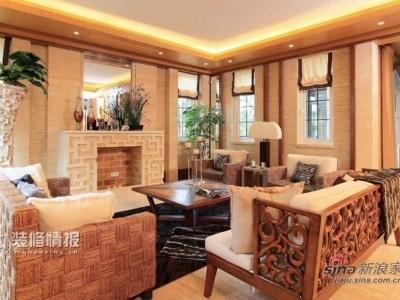 客厅三面采光,几个小窗用罗马帘装饰,阳光刺眼时,可以卷下来半遮,操作方便,又不影响整体的光亮度。