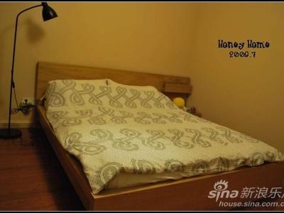 卧室就是纯睡觉的地方。所以我们的卧室,家什少得可怜。一个大衣柜,一张床,一个床头柜,没有了