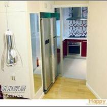 左边深红色的是大门,依次有更衣橱、更衣镜、冰箱,继而到厨房,右边这堵斜墙是不是有点空啊